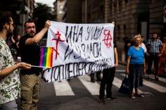 2017年9月17日-同性恋自豪日游行在贝尔格莱德塞尔维亚 同性恋自豪日游行的反对在街道上 库存图片
