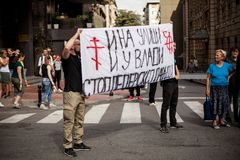 2017年9月17日-同性恋自豪日游行在贝尔格莱德塞尔维亚 同性恋自豪日游行的反对 库存图片
