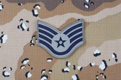 2018年5月12日 在沙漠伪装一致的背景的美国空军队空军参谋军士茂盛的补丁 免版税库存图片