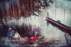 2017年10月26日 居住在Kien Giang河, Le Thuy District, Quang Binh附近的人生活  人们经常使用水这里击 免版税库存照片