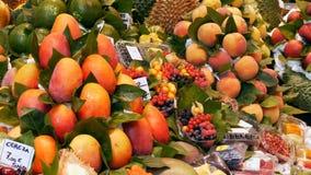 2017年9月22日-巴塞罗那,西班牙,墨卡托de la Boqueria食品批发市场:一个巨大的柜台用热带水果,芒果 影视素材