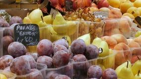 2017年9月22日-巴塞罗那,西班牙,墨卡托de la Boqueria食品批发市场:蓝色和黄色大李子在说谎 影视素材