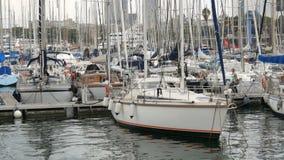2017年9月22日-巴塞罗那,西班牙:许多美丽的新的白色汽船和游艇在口岸的海湾被停泊 股票录像