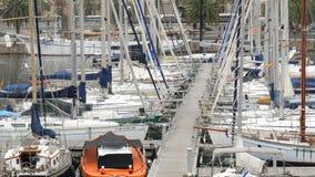 2017年9月22日-巴塞罗那,西班牙:许多美丽的新的白色汽船和游艇在口岸的海湾被停泊 影视素材