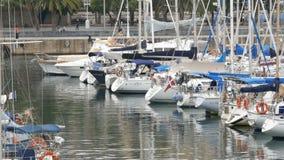 2017年9月22日-巴塞罗那,西班牙:许多美丽的新的白色汽船和游艇在口岸的海湾被停泊 股票视频