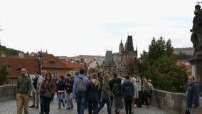 2017年9月12日-布拉格,捷克:人人群沿查理大桥走著名布拉格的过去 股票录像