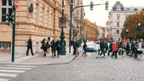 2017年9月12日-布拉格,捷克:人人群穿过在一条行人交叉路的街道对绿色 股票视频