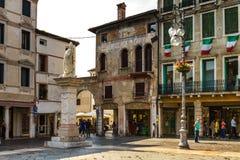 2016年6月11日 意大利-田园诗中世纪正方形在城市Bassano 免版税库存图片