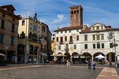2016年6月11日 意大利-田园诗中世纪正方形在城市Bassano 库存图片