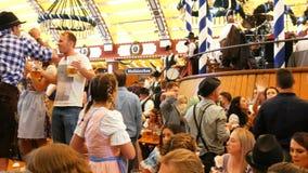 2017年9月17日-慕尼黑啤酒节,慕尼黑,德国:人们喝,唱歌,庆祝获得乐趣在啤酒帐篷在慕尼黑啤酒节 股票录像