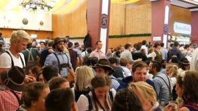 2017年9月17日-慕尼黑,德国:举世闻名的慕尼黑啤酒节啤酒节日,人们在客栈或啤酒帐篷坐 股票视频