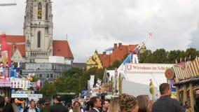 2017年9月17日-慕尼黑,德国:人人群全国巴伐利亚人衣服的Dirdl和莱德罗塞走  影视素材