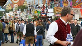 2017年9月17日-慕尼黑,德国:人人群在全国巴法力亚服装穿戴了沿慕尼黑啤酒节走 影视素材