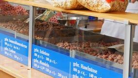 2017年9月17日-慕尼黑,德国:最大的啤酒节日 在釉和玉米花的烤坚果在柜台  股票录像