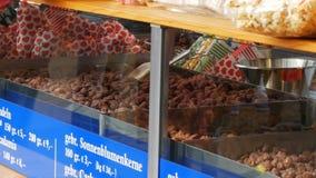 2017年9月17日-慕尼黑,德国:最大的啤酒节日 在釉和玉米花的烤坚果在柜台  影视素材