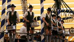 2017年9月17日-慕尼黑,德国:穿着体面在全国巴法力亚服装,人演奏鼓并且招待人群  股票录像