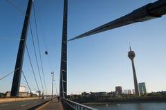 2018年10月21日-杜塞尔多夫,德国:塔的看法在桥梁的在城市的中心 很好射击描述城市 免版税库存图片
