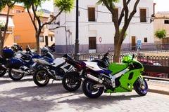 2018年6月24日-雷列乌西班牙:连续站立在一个老欧洲城市的街道上的摩托车 库存图片
