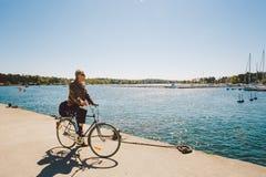 2014年4月17日 nynashamn城市在瑞典 波罗的海的堤防 停泊处、停车处和小船,船 bic的一个人 库存照片