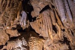 2018年6月26日Lakehead/加州/美国-美妙地塑造了在沙斯塔湖洞穴全国国家地标的形成,北 免版税图库摄影