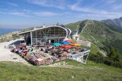 2017年6月11日,从登上Monte的马尔切西内的现代高容量空中览绳Baldo,加尔达山,阿尔卑斯,意大利,欧洲 免版税库存图片