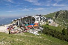 2017年6月11日,从登上Monte的马尔切西内的现代高容量空中览绳Baldo,加尔达山,阿尔卑斯,意大利,欧洲 免版税库存照片