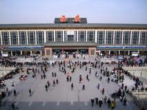 2010年12月22th日,许多乘客鸟瞰图XI `的一个繁忙的火车站的从XI的`,中国的设防的一个城市 库存照片