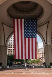04 09 2017年-波士顿马萨诸塞美国在垂悬从圆顶的美国人星条纹旗子下供以人员身分在晴天 免版税库存图片