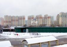 2018年 01 05,莫斯科,俄罗斯 与现代大厦、教会和路的都市风景有公共汽车站的 免版税库存照片