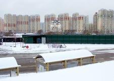 2018年 01 05,莫斯科,俄罗斯 与现代大厦、教会和路的都市风景有公共汽车站的 免版税库存图片