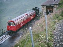 29 07 2018年brienzer rothorn -到达在brienzer rothorn的老小河火车在瑞士阿尔卑斯 库存照片