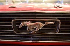 1964年Ford Mustang镀铬物商标敞篷 库存图片