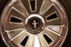 1964年Ford Mustang镀铬物商标轮胎盖子 库存照片