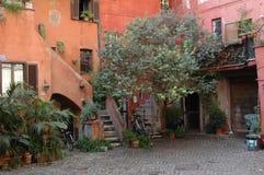 并且一个老房子的庭院在意大利 免版税库存图片