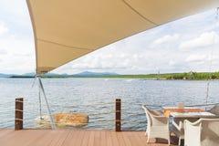 并且在湖的咖啡馆的一张桌在帐篷,风景,山下的 库存照片