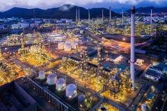 并且从俯视图的炼油厂植物scape在夜 免版税库存照片