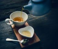 幸福下午茶时间东方木桌 免版税库存图片