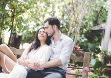 幸福和爱亚洲夫妇浪漫场面在庭院里成为联系目光接触的伙伴 免版税库存照片