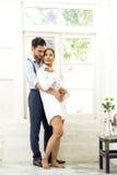 幸福和爱亚洲夫妇浪漫场面成为联系目光接触的伙伴 免版税库存图片