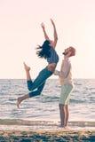幸福和爱夫妇浪漫场面在海滩成为伙伴 免版税图库摄影