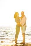 幸福和爱夫妇浪漫场面在海滩成为伙伴 库存图片
