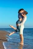 幸福和爱夫妇浪漫场面在海滩成为伙伴 免版税库存图片