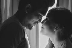 幸福和爱夫妇浪漫场面成为做眼睛的伙伴 免版税库存照片