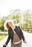 幸福和疯狂 微笑的疯狂的女孩获得室外的乐趣 有挥动的使用长的头发年轻可爱的妇女  库存照片