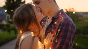 幸福夫妇亲吻日落浪漫日期 股票视频