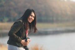 幸福妇女享用在草原坐 图库摄影
