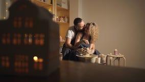 幸福家庭一个创造性的联合假期 股票视频