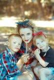 幸福家庭三人获得乐趣 免版税库存图片