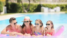 幸福家庭四在户外游泳场 股票视频