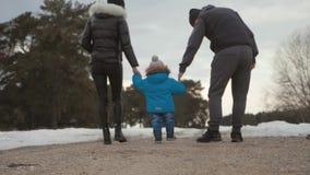 幸福家庭在冬天森林父母身分、季节和人概念走 影视素材
